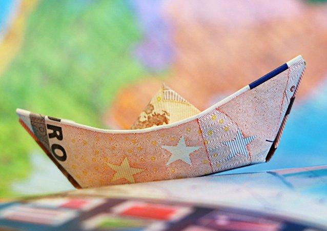 Καραβάκι φτιαγμένο από χαρτονομίσματα του ευρώ