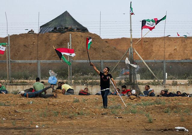 Παλαιστίνιος διαδηλωτής κρατάει τη σημαία σε διαδηλώσεις στη Γάζα