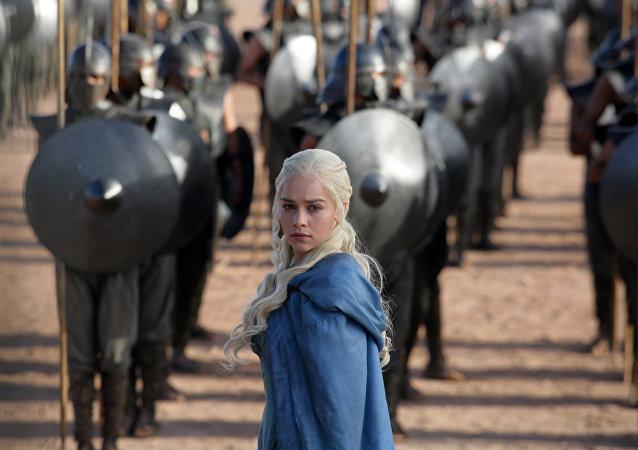 H Εμίλια Κλάρκ στον ρόλο της Ντενέρις Ταργκέριεν στο Game of Thrones
