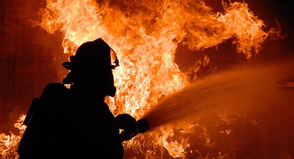 Πυροσβέστης επιχειρεί να σβήσει πυρκαγιά