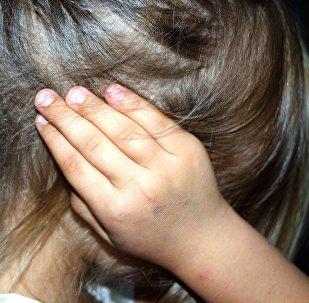 Παιδί κρύβει το πρόσωπό του