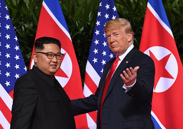 Ο ηγέτης της Βορείου Κορέας Κιμ Γιονγκ Ουν με τον πρόεδρο των ΗΠΑ Ντόναλντ Τραμπ