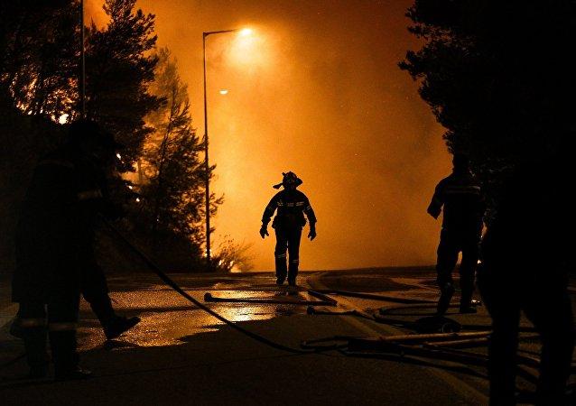 Πυροσβέστης μπροστά στο πύρινο μέτωπο
