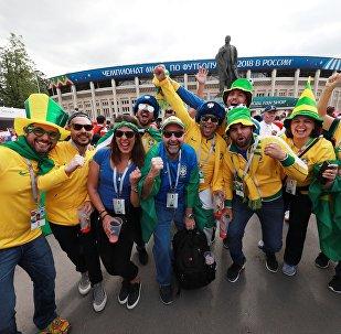 Φίλαθλοι περιμένουν έξω από το στάδιο Λουζνικί πριν την έναρξη του Παγκοσμίου Κυπέλλου