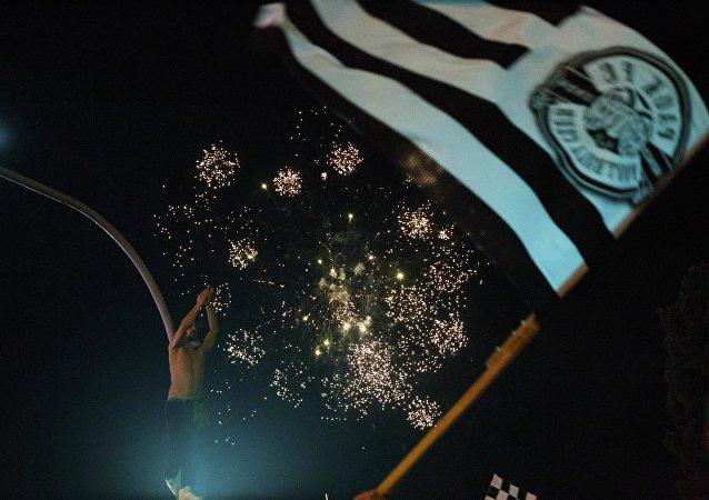 Οπαδός του ΠΑΟΚ με σημαία της ομάδας