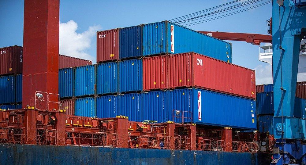 Εμπορικό πλοίο σε λιμάνι