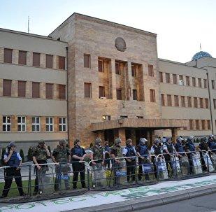 Αστυνομικοί στέκονται έξω από τη Βουλή των Σκοπίων
