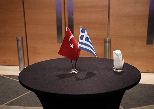 Ελληνική και τουρκική σημαία
