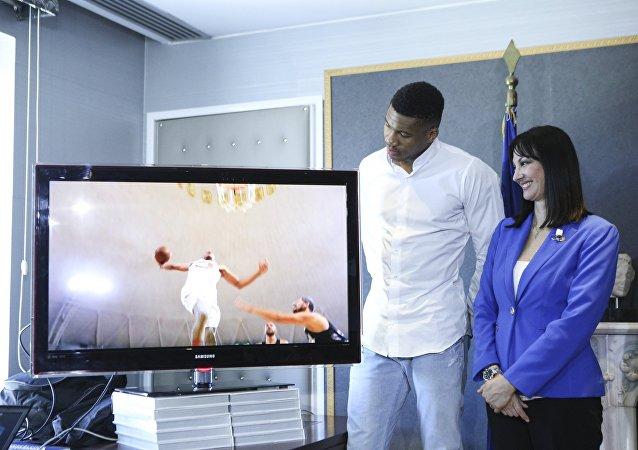 Παρουσίαση του νέου σποτ στο υπουργείο Τουρισμού με πρωταγωνιστή τον Γιάννη Αντετοκούνμπο