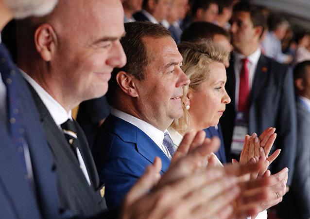 Ο Ρώσος πρωθυπουργός Ντμίτρι Μεντβέντεφ είδε το Ρωσία - Ισπανία μαζί με τη σύζυγό του, Σβετλάνα