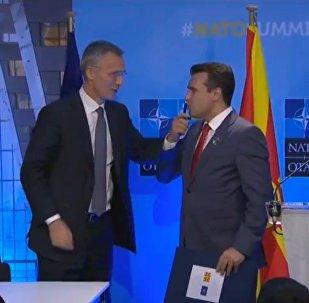 Ο Ζάεφ φιλά το στυλό που υπέγραψε την πρόσκληση ένταξης στο ΝΑΤΟ