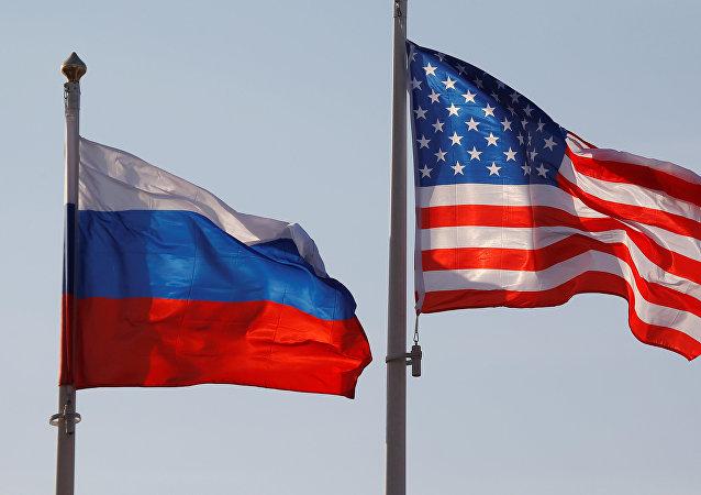 Οι σημαίες των ΗΠΑ και Ρωσία