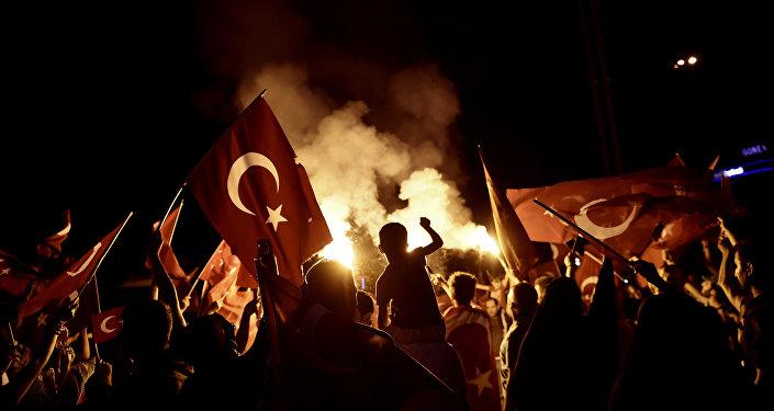 Υποστηρικτές του Ερντογάν μετά το αποτυχημένο πραξικόπημα