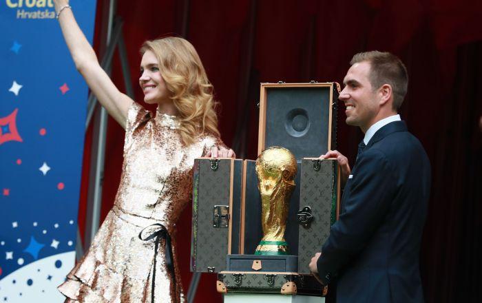 Η Ναταλία Βοντιάνοβα με τον Φίλιπ Λαμ παραδίδουν το τρόπαιο του Παγκοσμίου Κυπέλλου