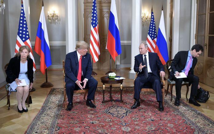 Президент РФ Владимир Путин и президент США Дональд Трамп (второй слева) во время встречи в президентском дворце в Хельсинки