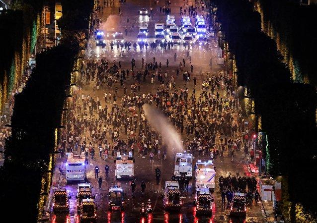 Οι αστυνομικές δυνάμεις απαντούν με δακρυγόνα και αντλίες νερού υπό πιέση στο ξέσπασμα βίας που έλαβε χώρα στη Γαλλία.
