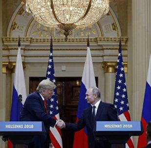 Ο Ρώσος Πρόεδρος Βλαντιμίρ Πούτιν δίνει χειραψία με τον Πρόεδρο των ΗΠΑ Ντόναλντ Τραμπ μετά τη συνάντησή τους στο Ελσίνκι