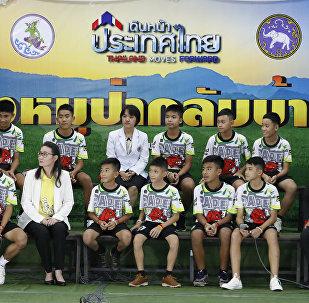 Τα 12 αγόρια από την Ταϊλάνδη στην πρώτη τους δημόσια εμφάνιση.