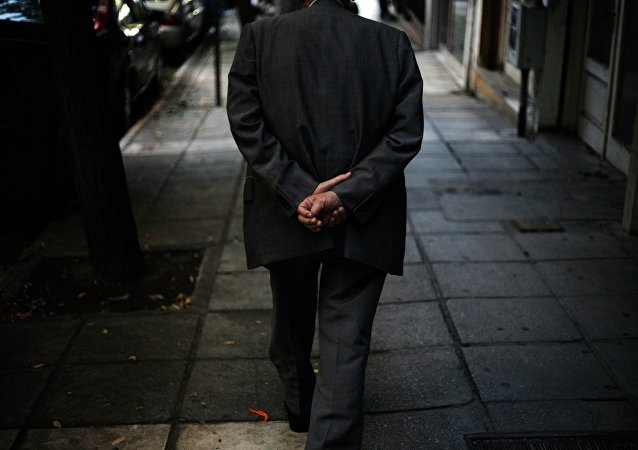 Συνταξιούχος περπατά στους δρόμους της Θεσσαλονίκης
