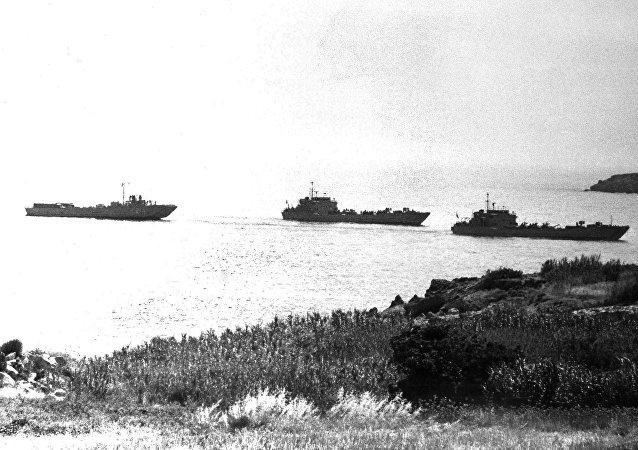 Τουρκικά πολεμικά πλοία προσεγγίζουν την Κερυνεια για να αποβιβάσουν τουρκικά στρατεύματα, 20 Ιουλίου 1974