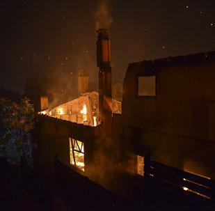 Σπίτι έχει τυλιχθεί στις φλόγες στο Μάτι 23 Ιουλίου 2018