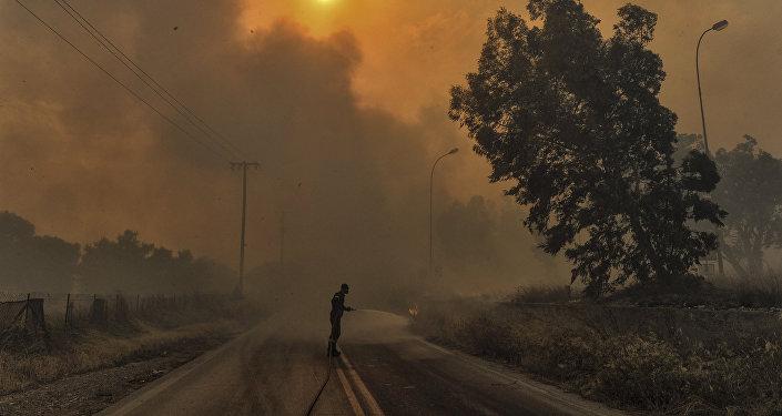 Πυροσβέστης προσπαθεί να σβήσει τη φωτιά στην Κινέτα