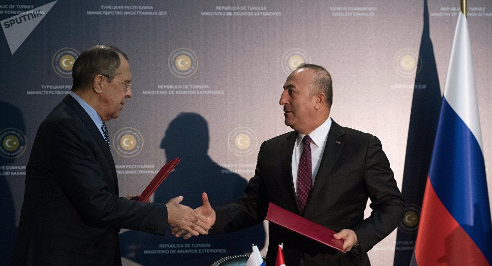 O Ρώσος υπουργός Εξωτερικών, Σεργκέι Λαβρόφ, με τον Τούρκο ομόλογό του, Μεβλούτ Τσαβούσογλου
