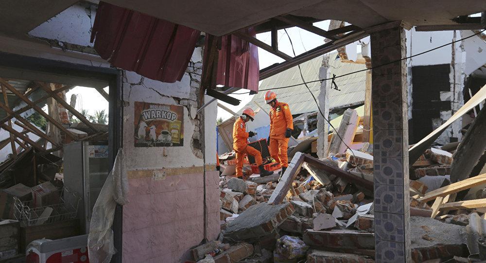 Διασώστες ψάχνουν για θύματα στα συντρίμμια που άφησε ο σεισμός στη νήσο Λομπόκ στην Ινδονησία