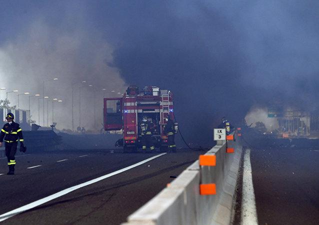 Πυροσβέστες στο σημείο της έκρηξης στην Μπολόνια