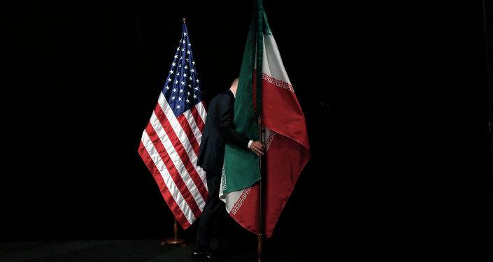 Η ιρανική σημαία απομακρύνεται ύστερα από ομαδική φωτογραφία με τους υπουργούς Εξωτερικών των ΗΠΑ, του Ιράν και άλλων κρατών, κατά τη διάρκεια των συνομιλίων για το πυρηνικό πρόγραμμα του Ιράν στη Βιέννη