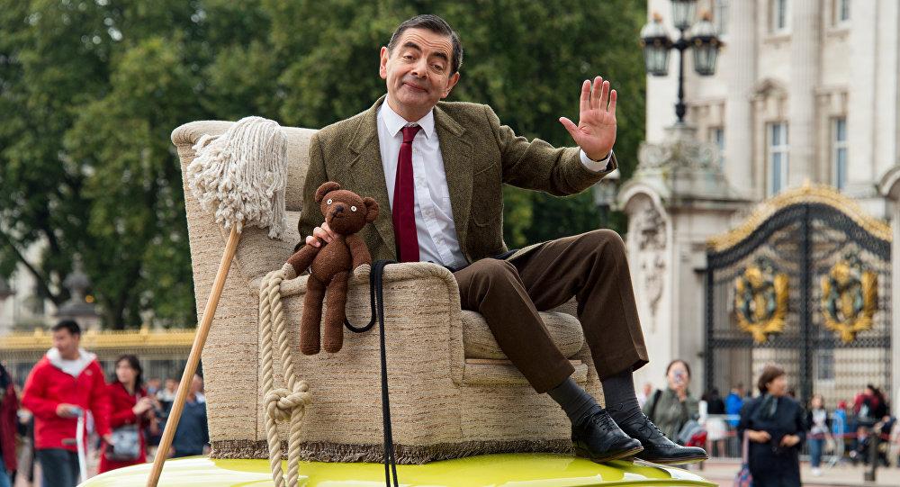 O βρετανός ηθοποιός Ρόουαν Άτκινσον, φορώντας τα ρούχα του «Mr. Bean» στην 25η επέτειο της γέννησης του ρόλου, έξω από τα ανάκτορα του Μπάκινγκχαμ