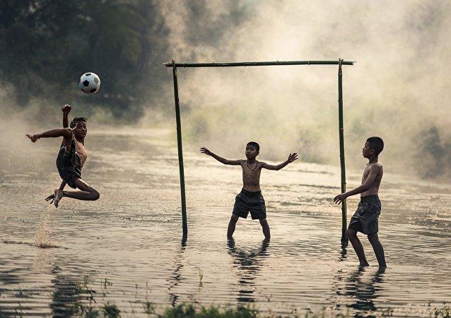 Παιδιά παίζουν ποδόσφαιρο στο Ρίο