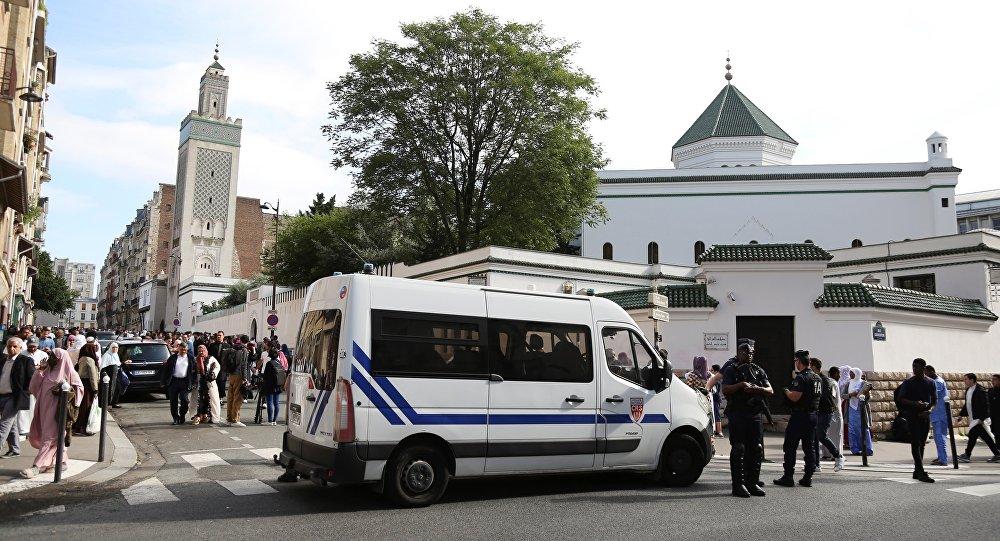 Αστυνομικοί έξω από το Μεγάλο Τζαμί του Παρισιού, στη Γαλλία
