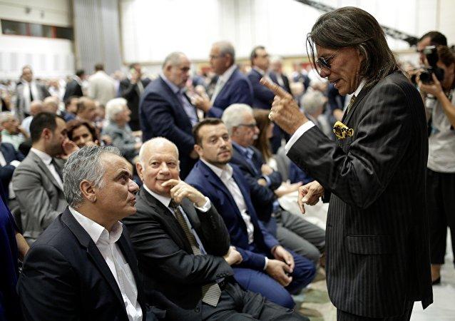 Ο Ηλίας Ψινάκης συνομιλεί με τον Πάνο Σκουρλέτη στο περιθώριο της ΔΕΘ το Σεπτέμβριο του 2017