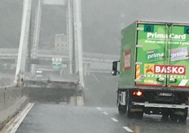 Φορτηγό απέφυγε την πτώση της γέφυρας για ελάχιστα μέτρα