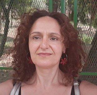 Η Μάρω Τσαντήλα είναι δημοσιογράφος που μετανάστευσε στην Γερμανία με την οικογένειά της
