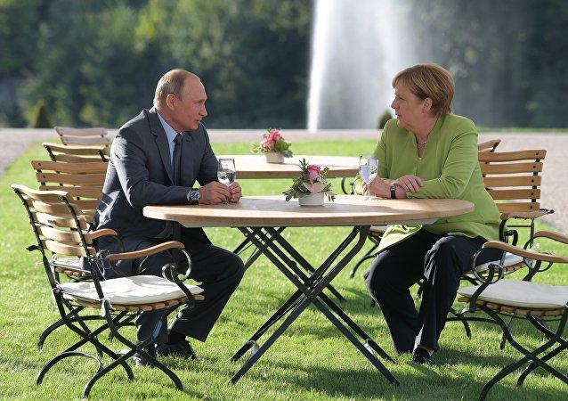 Ο ρώσος πρόεδρος Πούτιν και η γερμανίδα καγκελάριος Μέρκελ σε συνάντηση στο παλάτι Μέσεμπεργκ