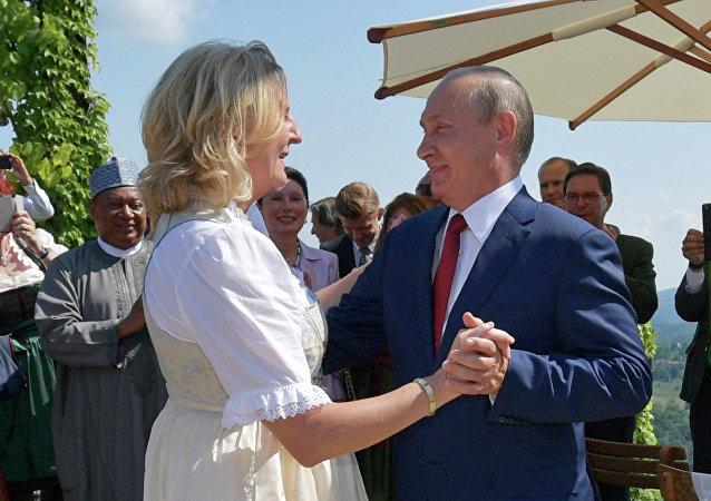 O ρώσος πρόεδρος χορεύει με την αυστριακή υπουργό Εξωτερικών στον γάμο της στην Αυστρία