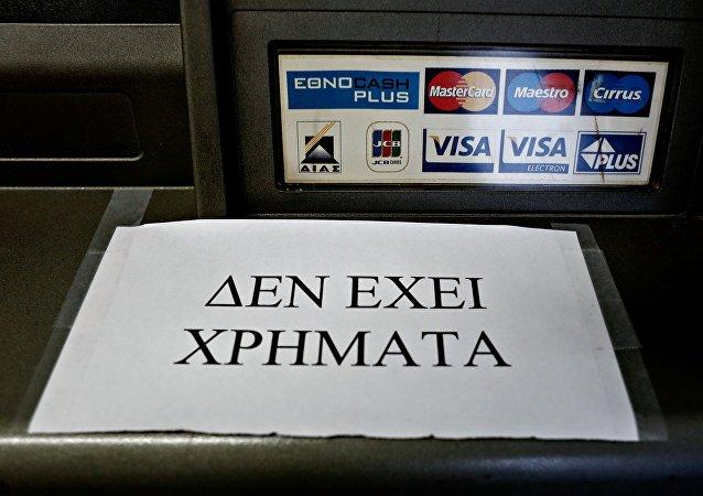 Πολίτες σχηματίζουν ουρές μπροστά απο Αυτόματα Μηχανήματα Ανάλυψης τραπεζών, μετά απο την ανακοίνωση δημοψηφίσματος για τις 5 Ιουλίου.