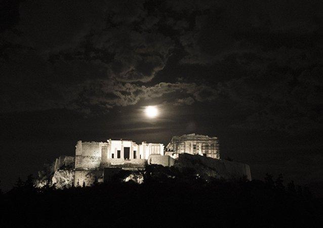 Η Πανσέληνος ανατέλει πάνω από το βράχο της Ακρόπολης