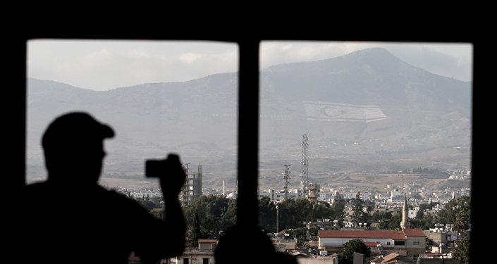 Τουρίστας τραβά φωτογραφία την τουρκική σημαία στα Κατεχόμενα