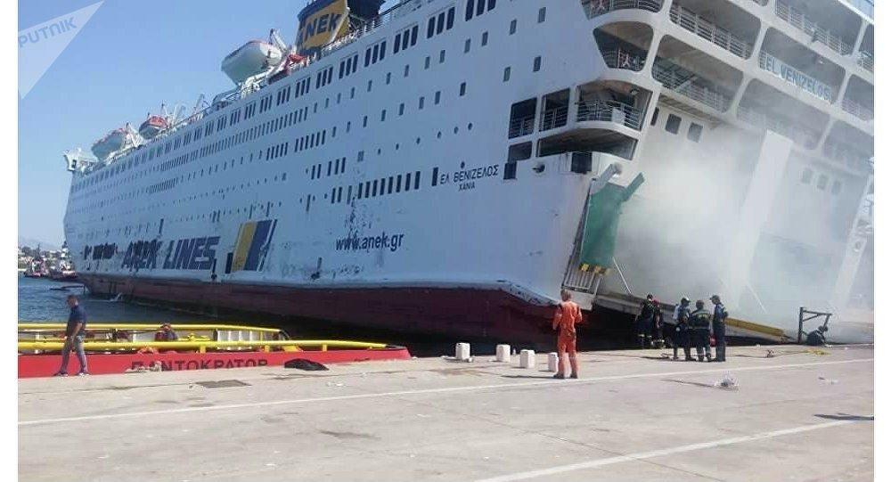 Το Ελευθέριος Βενιζέλος στο λιμάνι του Πειραιά έχοντας πάρει κλίση προς τα δεξιά
