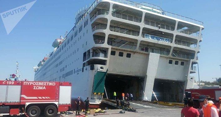Το Ελευθέριος Βενιζέλος στο λιμάνι του Πειραιά