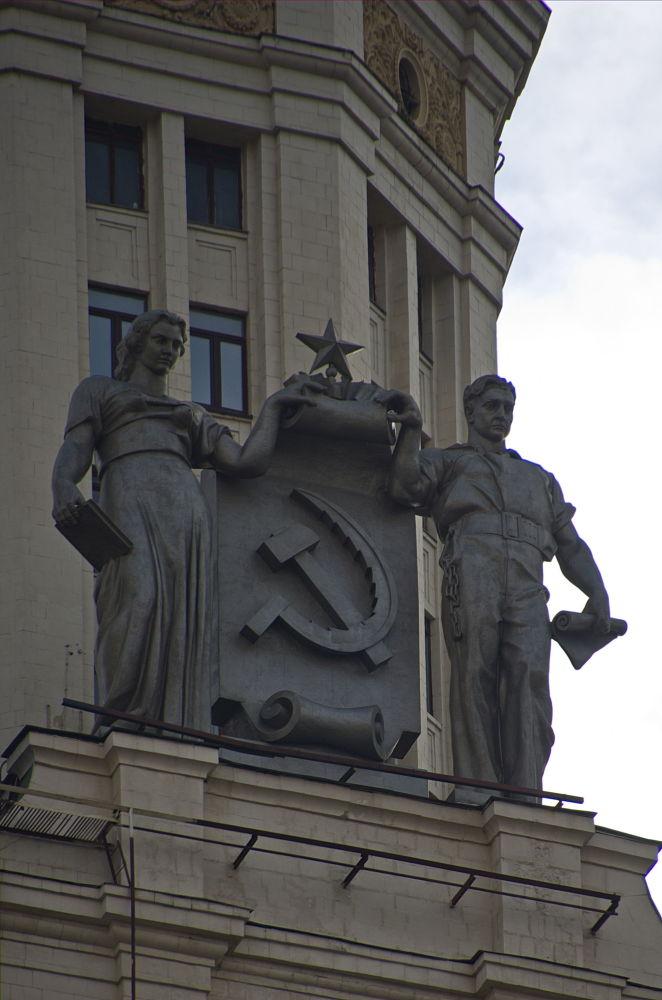 Γλυπτά στον ουρανοξύστη στο ανάχωμα Κοτέλνιτσεσκαγια στη Μόσχα