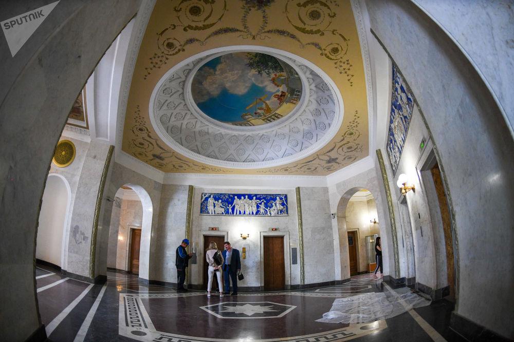 Αίθουσα γλυπτών στον ουρανοξύστη στο ανάχωμα Κοτέλνιτσεσκαγια στη Μόσχα