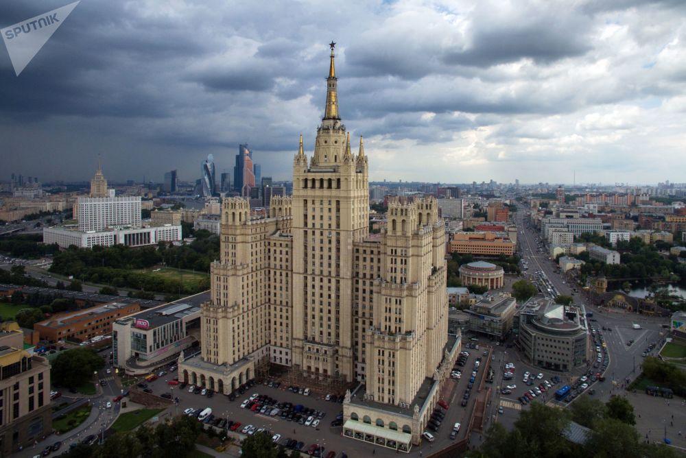 Ουρανοξύστης στην πλατεία Κουντρίσκαγια