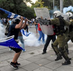 Διαδηλωτές συγκρούονται με την αστυνομία κατά τη διάρκεια του συλλαλητηρίου για τη Μακεδονία