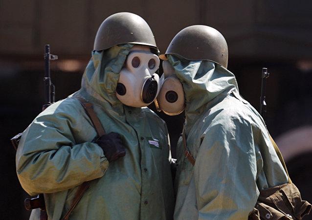 Στρατιώτες ντυμένοι με ειδικές στολές για προστασία από χημικά όπλα