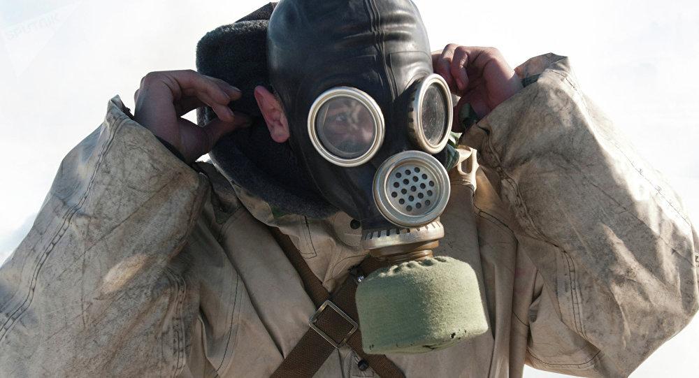 Άντρας φορά μάσκα αερίων