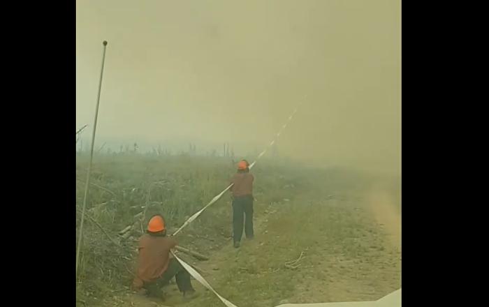Πυροσβέστες προσπαθουν να πάρουν πίσω τη μάνικα